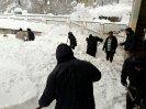 کارکنان مشغول باز گشایی مسیر عبور کابین ها از میان برف در قله تله کابین (خط 2) نمک آبرود